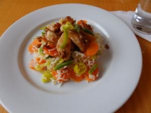 Kuřecí nudličky se slunečnicovým semínkem na zeleninové rýži