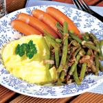 <b>Párečky s pikantním fazolkovým salátem</b>