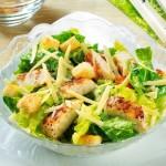 <b>Caesar salát s kuřecím masem</b>